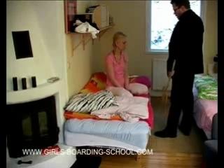 Учитель наказывает плохую школьницу по попке