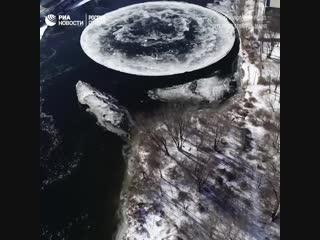 Ледяной диск на реке в США