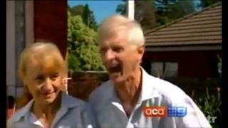 Дед показал как его покусала собака.