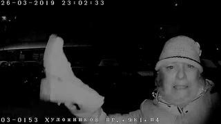 Домофону BEWARD досталось от женщины, вооруженной ботинком (оригинал)