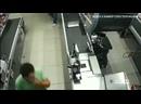 Два вора украли по шоколадке и охранник по камерам это увидел. А когда вышел предьявить за кражу, один из преступников ударил