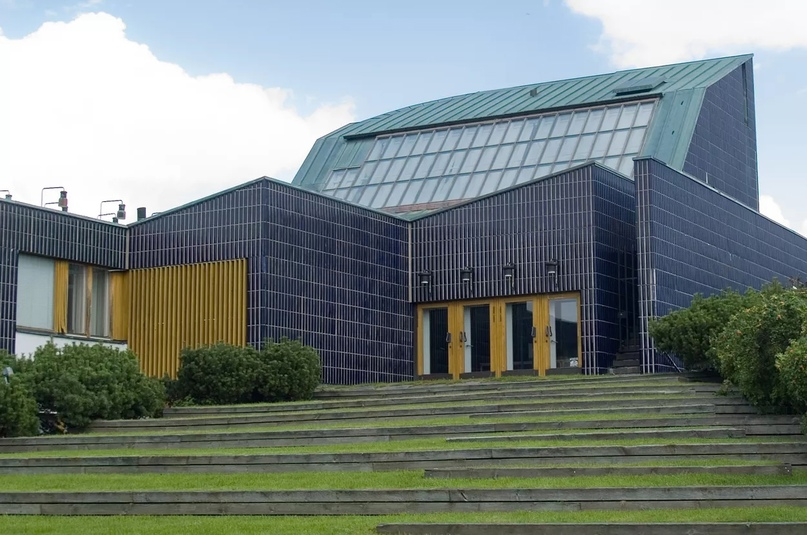 Травяная лестница, ведущая к ратуше Сейняйоки, автор - Алвар Аалто. Фото Котивало с Wikimedia Commons, лицензия Creative Commons Attribution-Share Alike 3.0 Unported. (CC BY-SA 3.0) (обрезано)