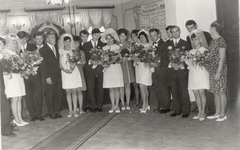 Торжественная регистрация брака в Районном доме культуры, фото из альбома 1969 года. Мелеузовский историко-краеведческий музей