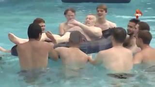 Жириновский плавает в бассейне с молодыми активистами
